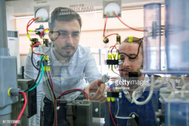 Studenten, die Arbeiten im Labor für erneuerbare Energien.