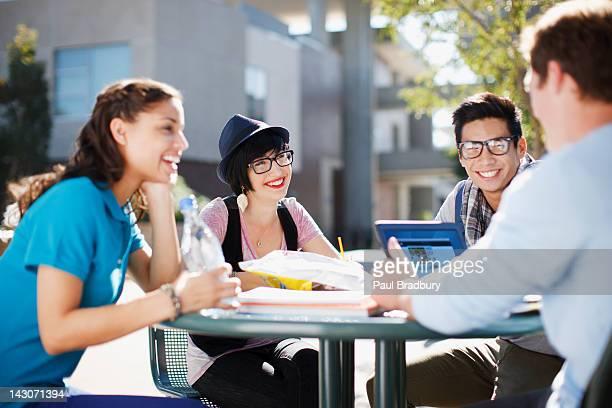 Studenten, die gemeinsam im Freien