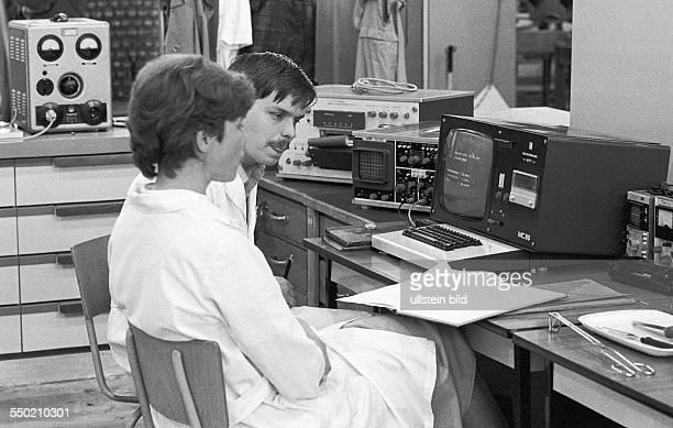 Studieren im Realsozialismus Dresden DDR 16 05 1986 Foto Studenten beim Programmieren eines Mikrocomputers der Gerichte in Kantinen garen soll
