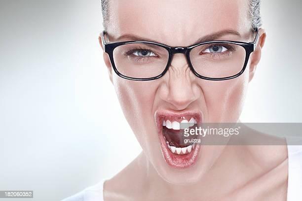 Studio Portrait einer jungen Frau schreien Wütende bereinigt