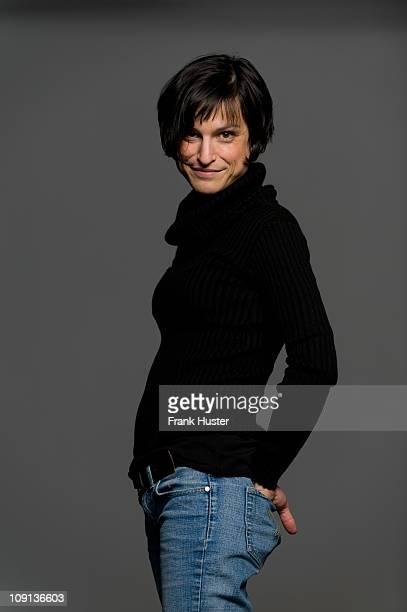 studio portrait of 33 years old caucasian woman - 30 34 years fotografías e imágenes de stock