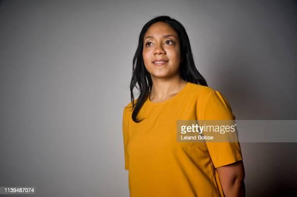 studio portrait of 34 year old woman - cadrage à la taille photos et images de collection