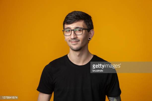 ritratto in studio di un uomo di 25 anni - top nero foto e immagini stock