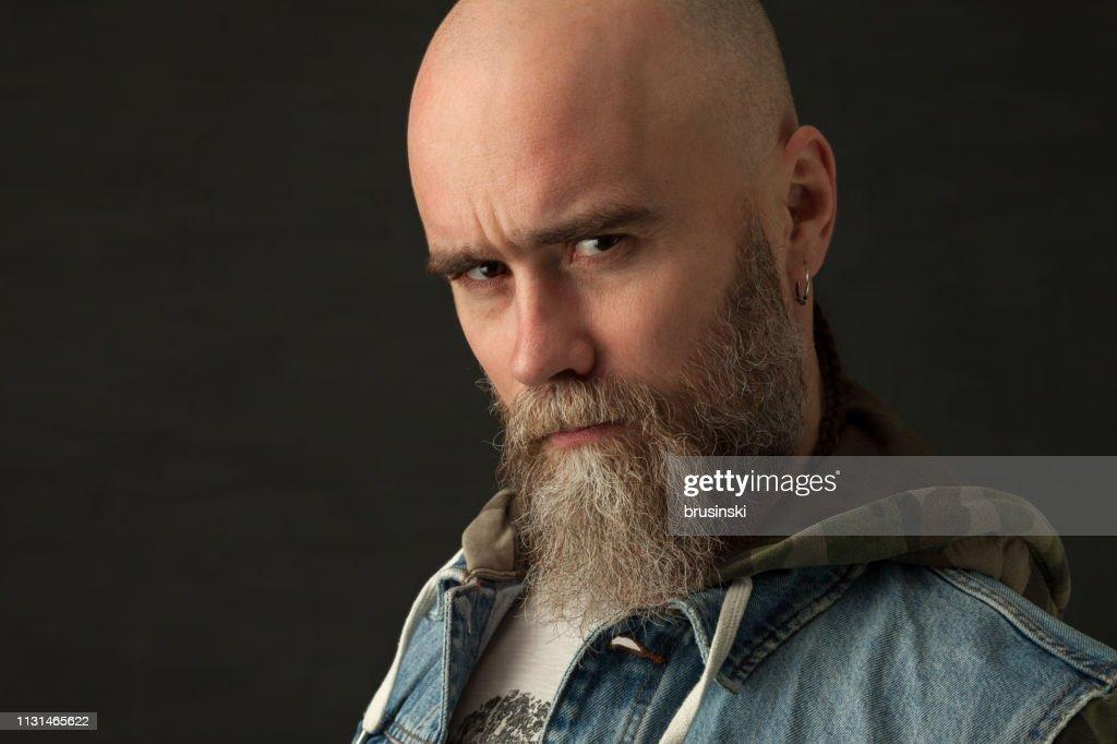 Retrato de estudio de un hombre barbudo de 35 años de edad : Foto de stock