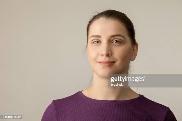 ritratto in studio di una donna di 35 anni in abbigliamento sportivo - bielorussia foto e immagini stock