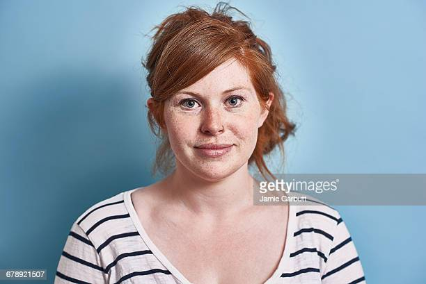 studio portrait of a red headed british female - sarda - fotografias e filmes do acervo