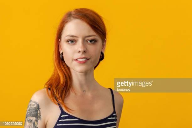retrato de estúdio de um artista do tatuagem em um fundo amarelo - fundo amarelo - fotografias e filmes do acervo