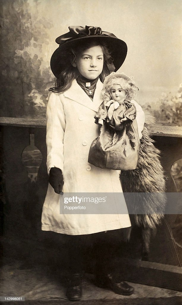 Studio Portrait Of A Young Girl And Her Doll : ニュース写真