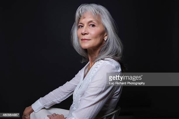 studio portrait of aloof senior woman - 65 69 jaar stockfoto's en -beelden