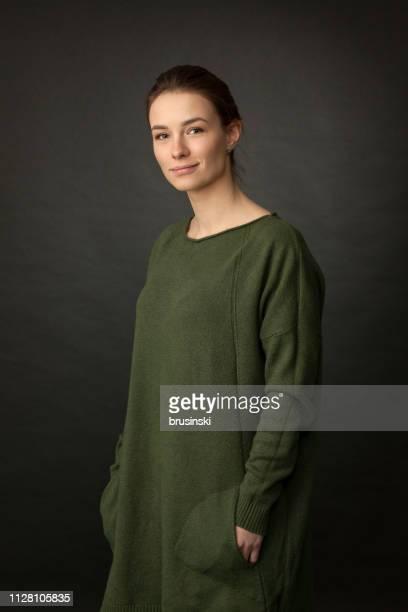 portrait en studio d'une jolie femme de 20 an - portrait classique photos et images de collection