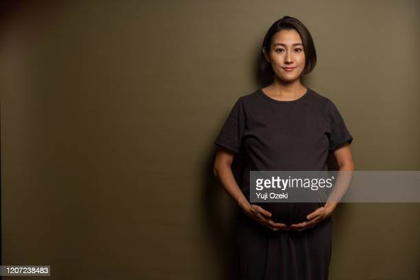 studio portrait of asian pregnant woman - 女性 ストックフォトと画像