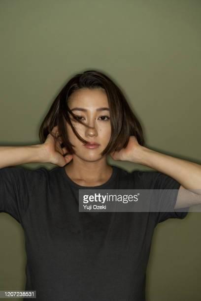 studio portrait of asian young adult woman - les belles japonaises photos et images de collection