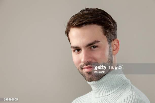 魅力的な20歳のひげを生やした男のスタジオの肖像画 - 若い男性だけ ストックフォトと画像