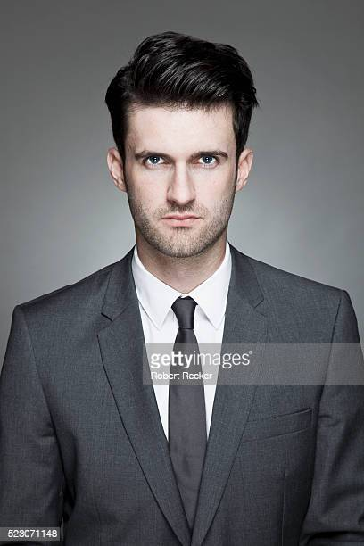 studio portrait of business man wearing suit - oberkörperaufnahme stock-fotos und bilder
