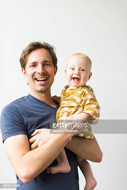 studio portrait of father with baby son (2-5 months) - 2 5 mesi foto e immagini stock
