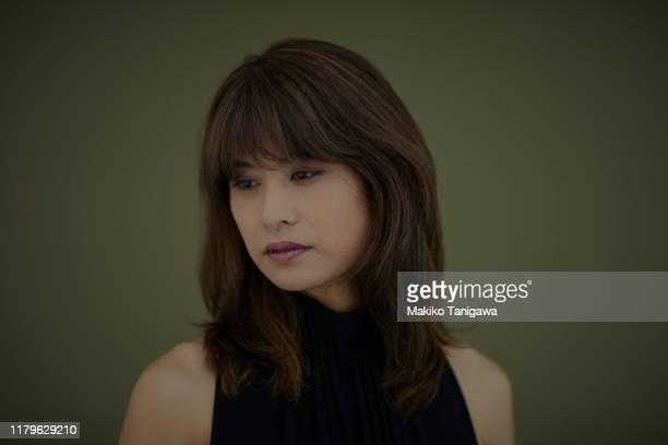 studio portrait of mature woman - makiko tanigawa ストックフォトと画像