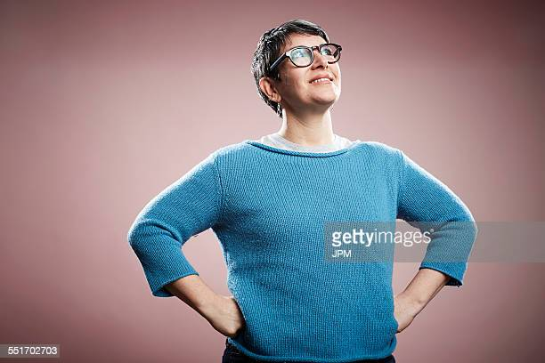 studio portrait of mature woman with hands on hips - main sur la hanche photos et images de collection