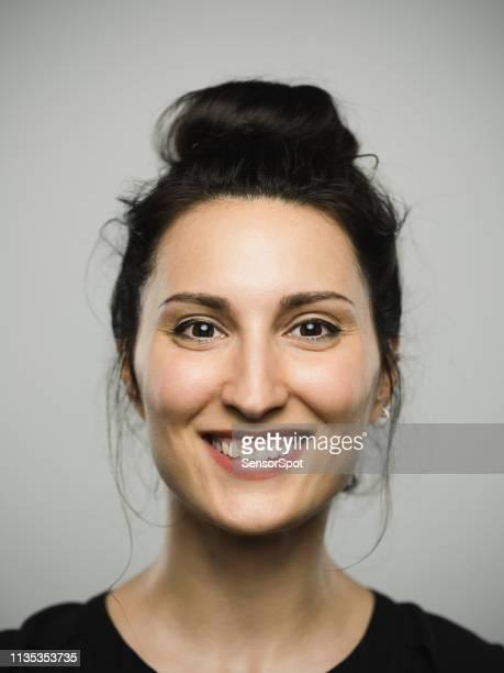 studio portret van echte mediterrane jonge vrouw met opgewonden expressie - bruine ogen stockfoto's en -beelden