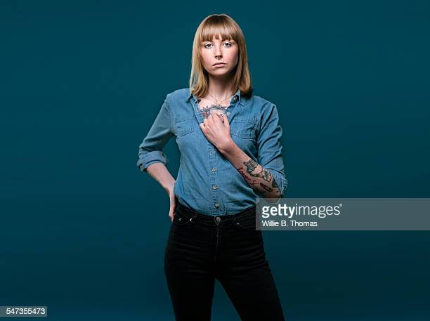 studio portrait of self-confidence woman - orgoglio foto e immagini stock