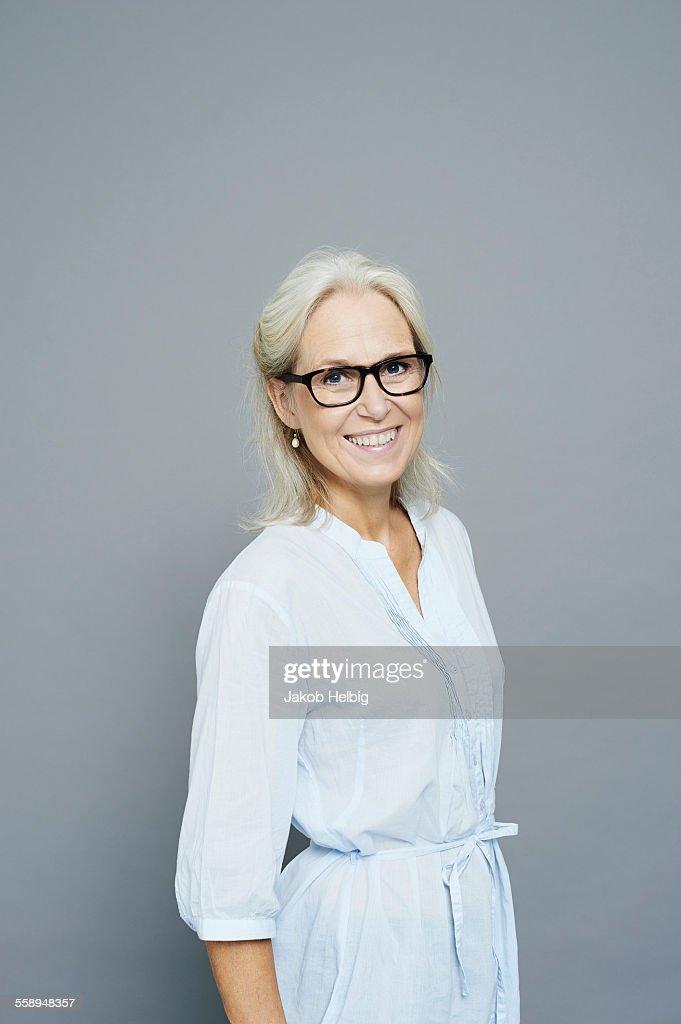 Studio portrait of smiling mature businesswoman : Stock-Foto