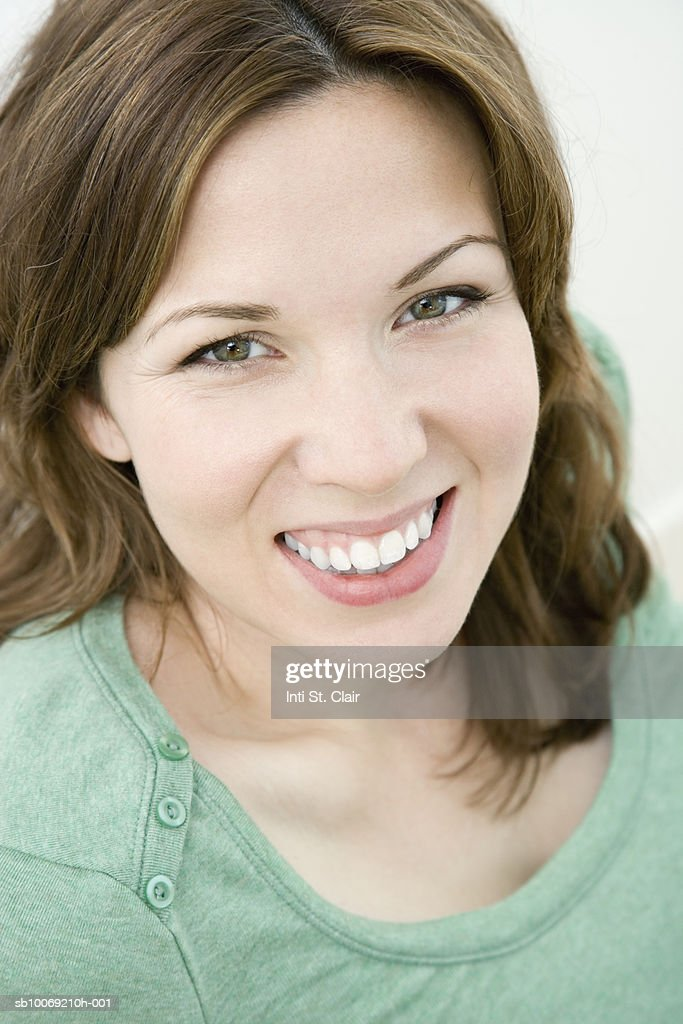 Studio portrait of smiling woman : Stockfoto