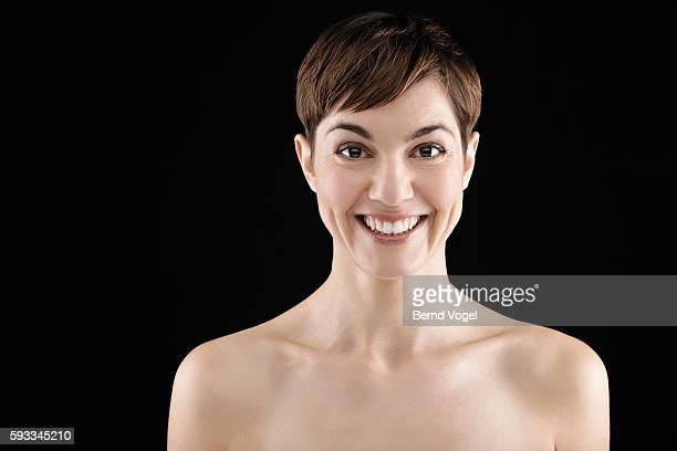 studio portrait of smiling woman with short hair - oben ohne frau stock-fotos und bilder