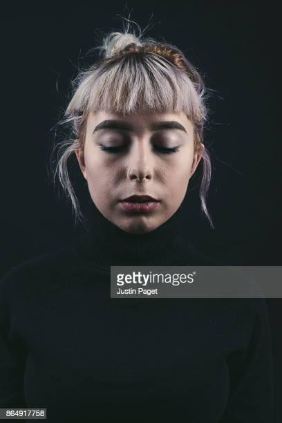 studio portrait of teen girl - sad - pull à col montant photos et images de collection