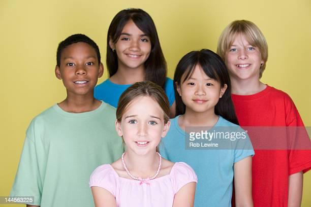 studio portrait of teenage (16-17) kids - fünf personen stock-fotos und bilder