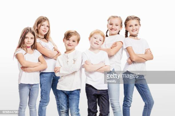 studio portrait of two boys and four girls posing with arms folded - 6 7 jahre stock-fotos und bilder