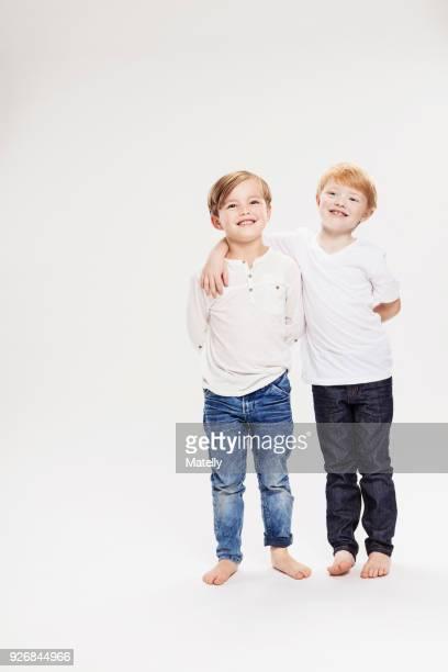 studio portrait of two boys, full length - braço à volta imagens e fotografias de stock