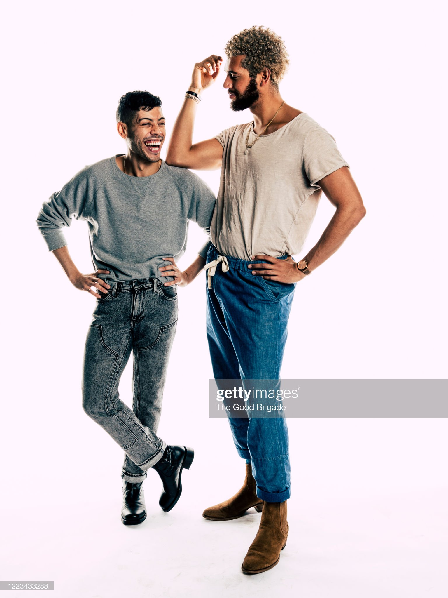Studio portrait of two male friends : 圖庫照片