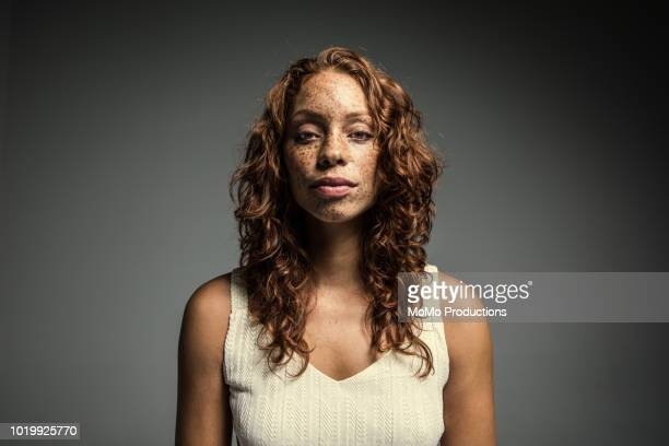 studio portrait of woman with freckles - serio fotografías e imágenes de stock
