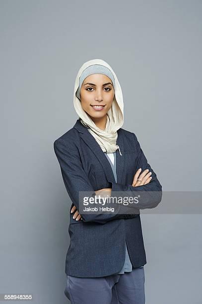 studio portrait of young businesswoman wearing hijab - femme musulmane photos et images de collection