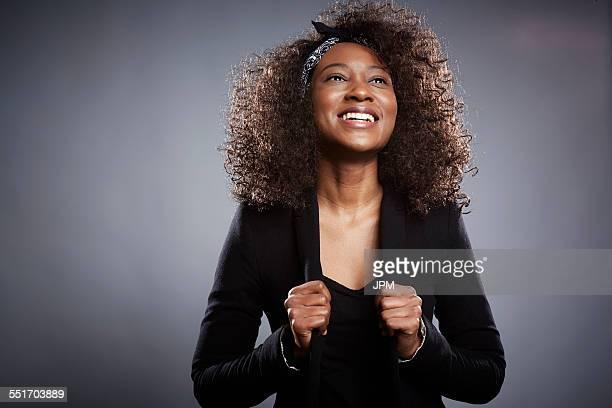studio portrait of young businesswoman with fists clenched - vista de ângulo baixo - fotografias e filmes do acervo