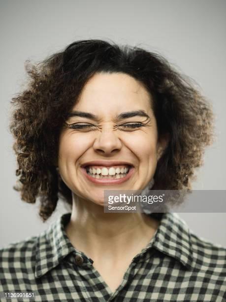 studio portret van jonge gelukkige vrouw met opgewonden expressie en ogen gesloten - met de ogen dicht stockfoto's en -beelden