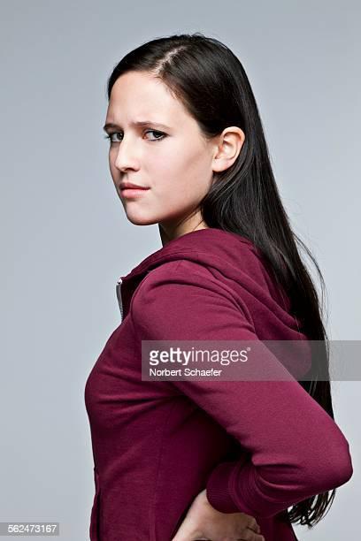 studio portrait of young woman - femme brune de dos photos et images de collection