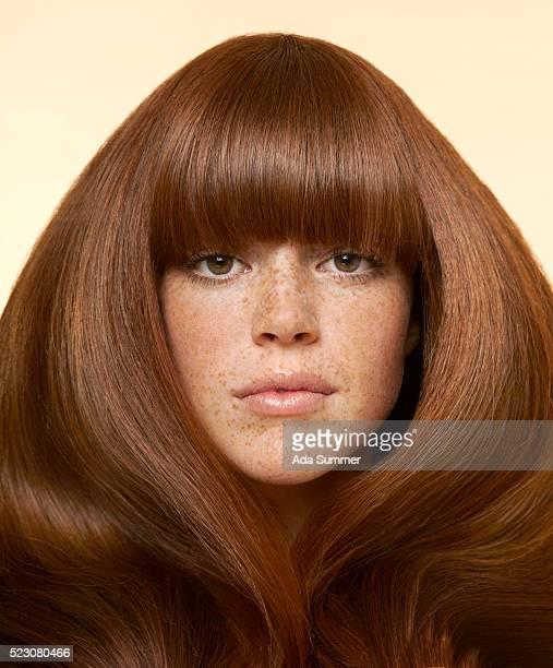 studio portrait of young woman with long brown hair - solo una donna giovane foto e immagini stock