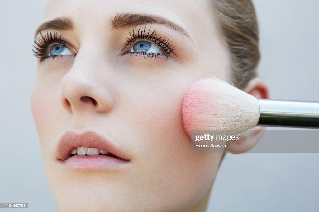Studio shot of female model and pink blusher brush : Foto stock