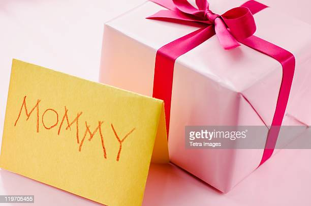 studio shot of gift box - mothers day card stock pictures, royalty-free photos & images