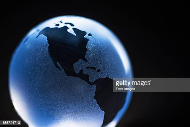 studio shot of glass globe - as américas - fotografias e filmes do acervo