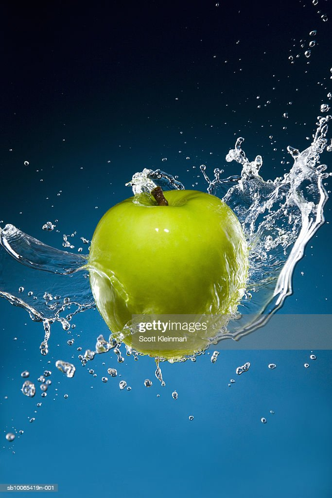 Studio shot of green apple being splashed : Foto stock