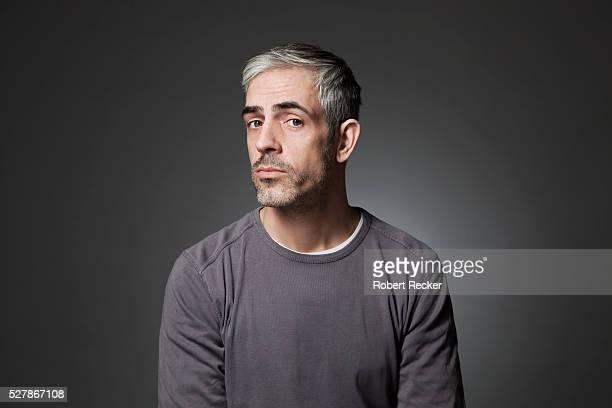 studio shot of man with graying hair - retrato formal - fotografias e filmes do acervo