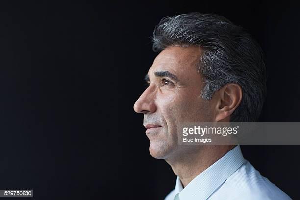 studio shot of mature businessman - profiel stockfoto's en -beelden
