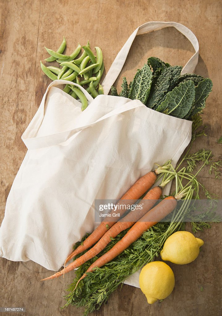 Studio shot of organic vegetables in shopping bag : Stock Photo