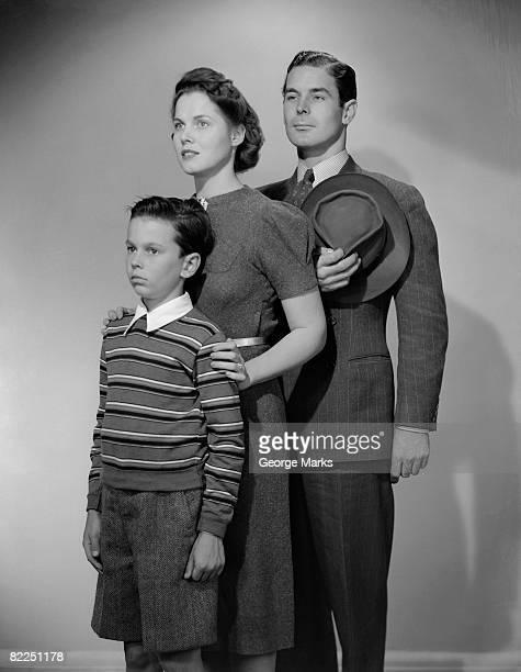 studio shot of parents with son (10-11 years) - 30 34 years fotografías e imágenes de stock