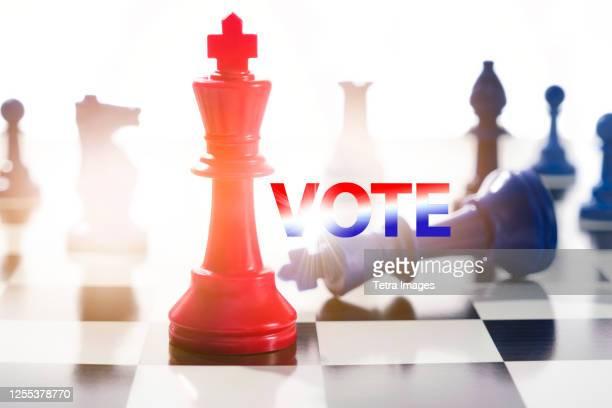 studio shot of red and blue chess pawns symbolizing us democratic and republican parties - partido republicano americano - fotografias e filmes do acervo