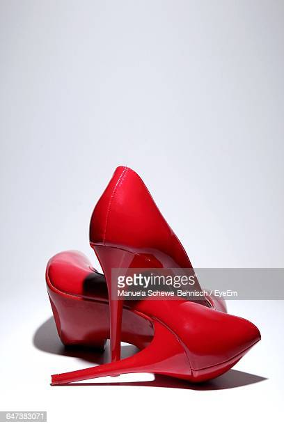 studio shot of red stiletto - talons hauts photos et images de collection