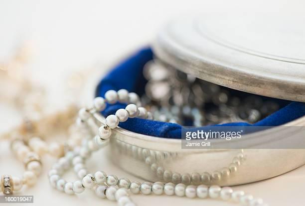 studio shot of silver jewelry - collar de perlas joyas fotografías e imágenes de stock