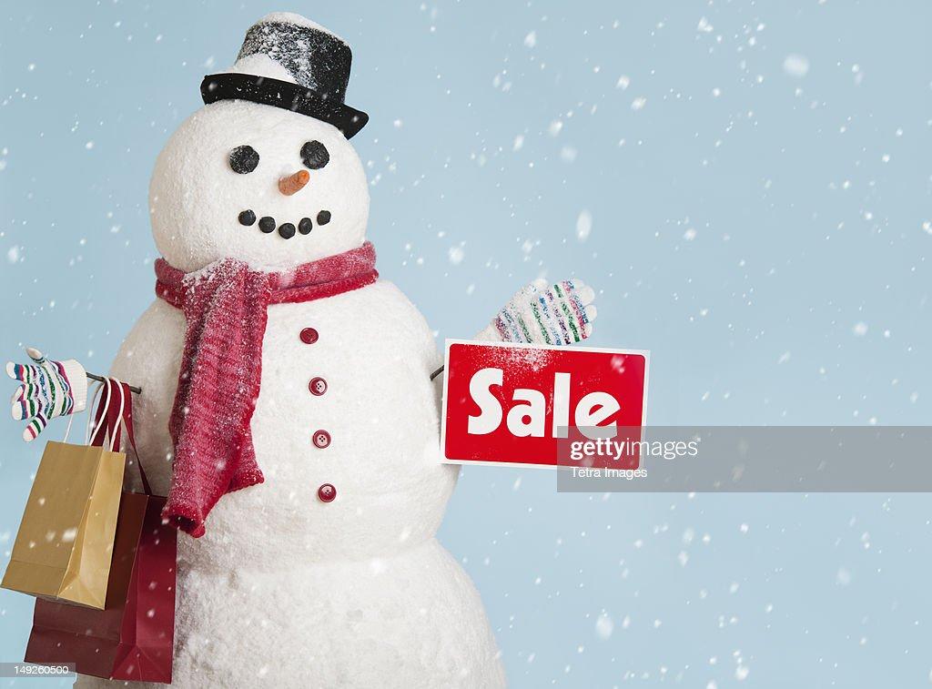 Studio shot of snowman with shoppings : ストックフォト