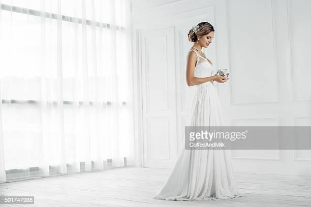 colpo di studio di giovane splendida sposa - sposa foto e immagini stock